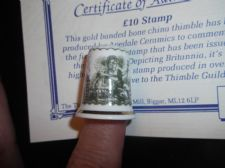 COLLECTABLE GILDED CHINA THIMBLE + CERT £10 TEN POUND NOTE STAMP APEDALE